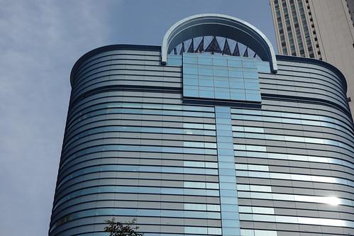 "Ikebukuro_8 池袋駅西口側で撮影した ""トヨタ自動車池袋ビル"" の写真。 側面が曲面になっている。"