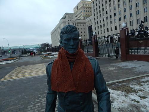 шарф на памятнике обмотан целиком