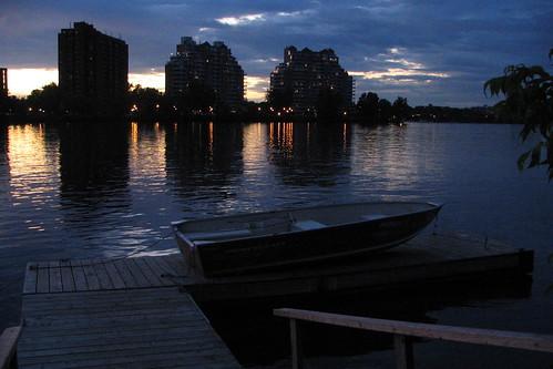 blue water rio river atardecer evening boat agua eau barco sundown montréal blu montreal rivière quay bleu bluehour soir crépuscule quai canot embarcation heurebleue arac rivièredesprairies ahuntsiccartierville