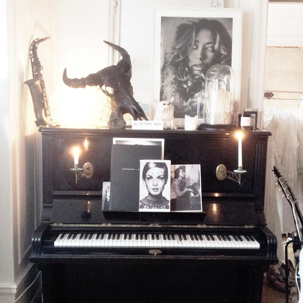 svart piano med vackra detaljer