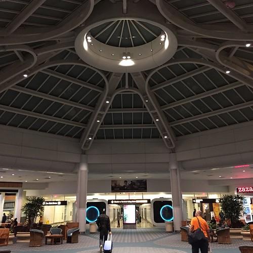 オーランド空港が宇宙っぽいのはケネディ宇宙センターがあるから?