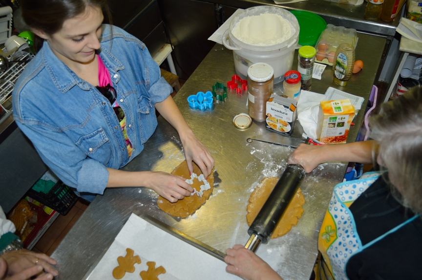 lara-vazquez-mad-lula-cooking-gingerbread-cookies