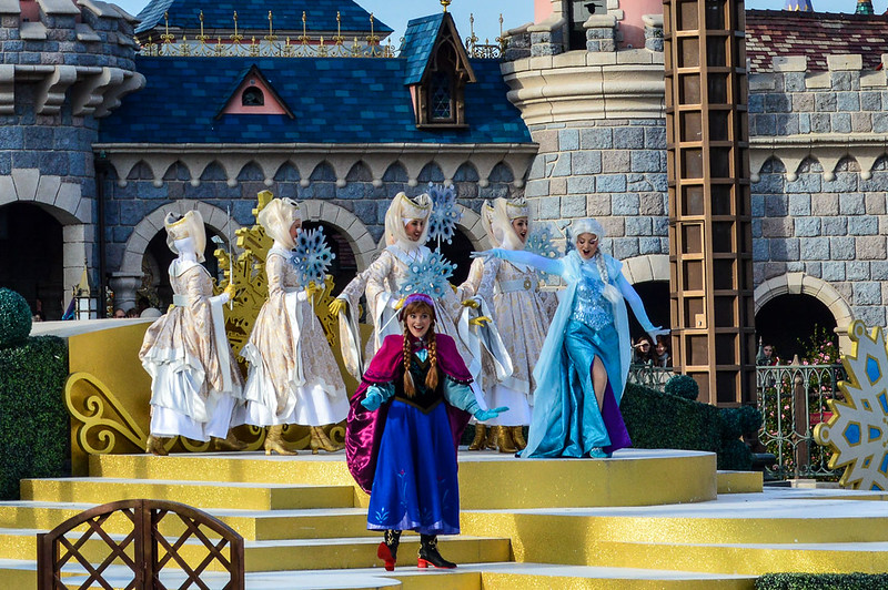 Elsa and Anna Singing in Disneyland Paris