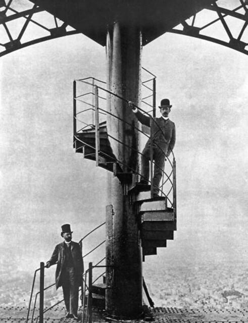 Kỹ sư người Pháp Alexandre Gustave Eiffel (1832 - 1923), bên trái, trên đỉnh tháp Eiffel đã xây dựng hoàn tất, do ông thiết kế cho hội chợ Đấu xảo Quốc tế Paris 1889