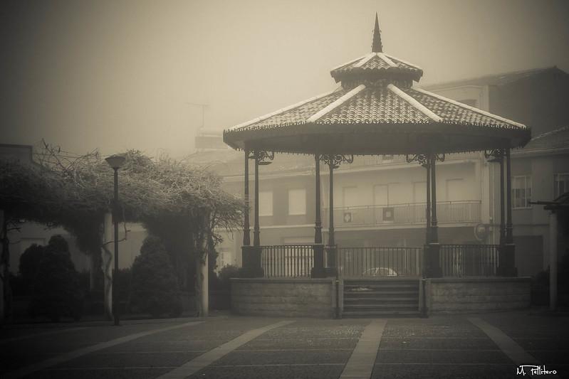 Plaza de la Fuente con niebla