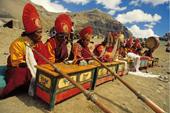 Indien, Trekking in Ladakh mit Nubra Valley. Traditionelle Zeremonie der Lamas. Foto: Bruno Baumann.