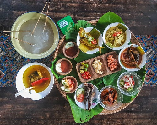 Ambuyat set, part of Sabah Ethnic food menu at @dplacekepayanperdana. A Maxis 4G hotspot location. A great place to know about traditional food of Sabah. #maxis4gmakanlocal.