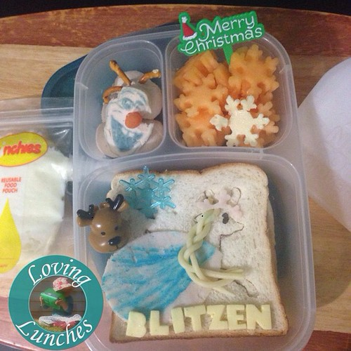 Loving the next-to-last instalment of our #Christmas #reindeer lunches… #elsa inspired Blitzen with #olaf and snowflakes. Served in #easylunchboxes with @sinchies. #nudefoodmovement #frozen