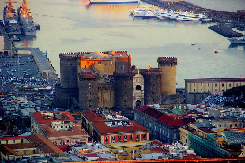 Napoli Maschio Angioino al tramonto