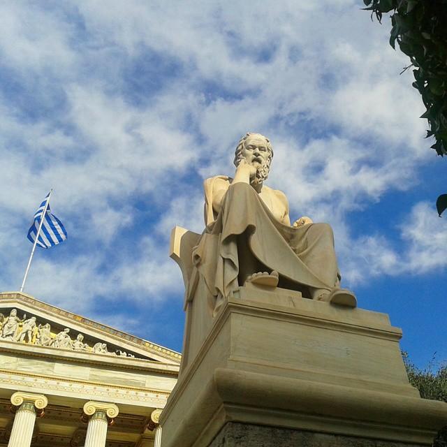 Socrates ajatuksiinsa vaipuneena Ateenan Akatemian edessä