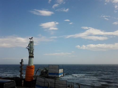 夏休みには湘南に_鎌倉高校前駅から海辺の工事中の風景