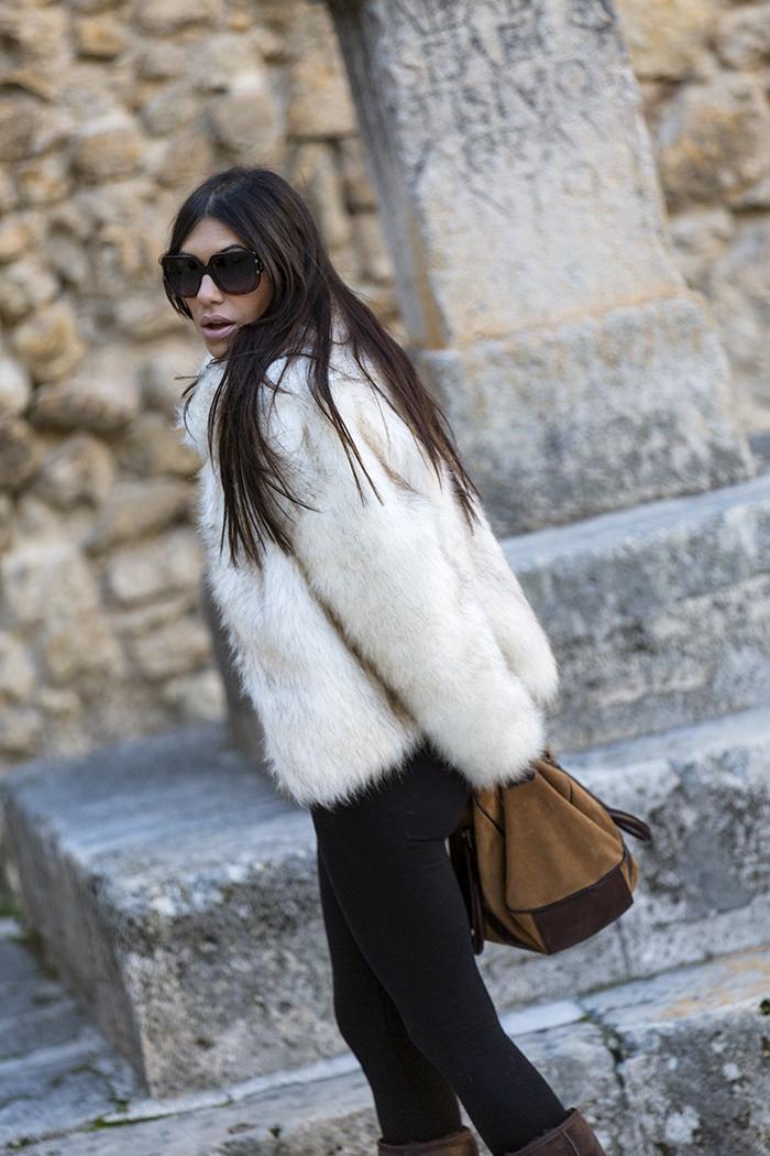 street style barbara crespo pastrana black five fur coat travels fashion blogger outfit ugg boots blog de moda