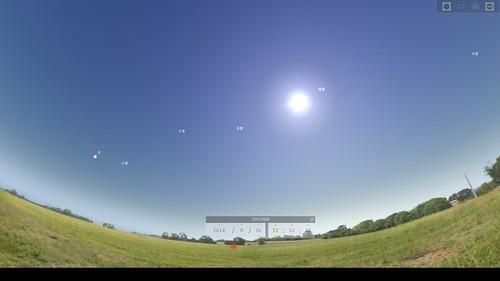 Stellarium_SS_(2014_09_22)_5 プラネタリウム アプリケーション ソフトウェアのStellariumのスクリーンショット。日中の地上と青空が表示されている 太陽が輝いている。月が示されている。見えない惑星の名前が表示されている。