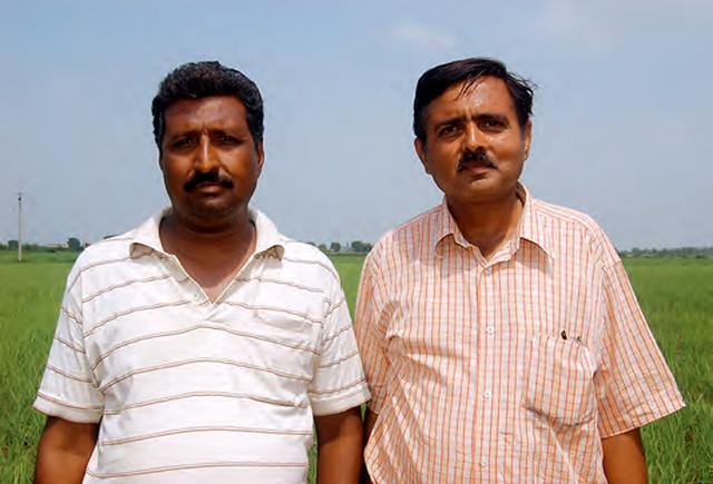 कृषक शांतनु तापड़िया और राजेश विजय