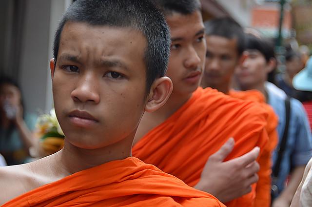 Jóvenes monjes budistas en el Gran Palacio de Bangkok