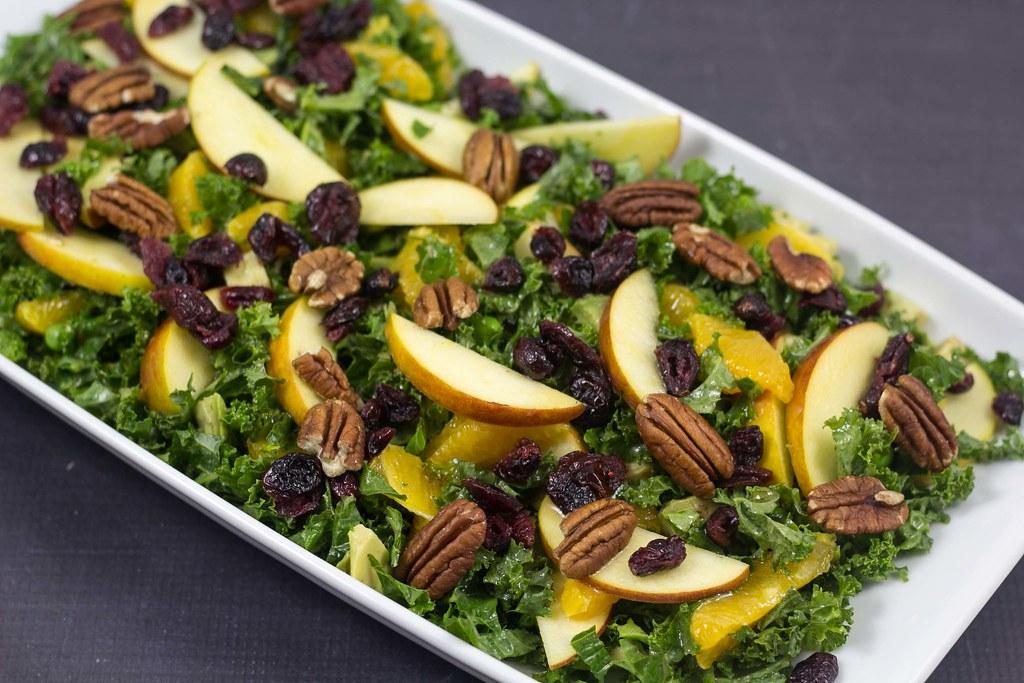 Grønkålssalat med æble, appelsin og tranebær - Salater du kan servere juleaften