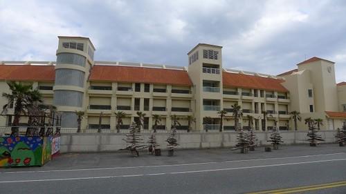 美麗灣開發案破壞美麗的「自然」海岸都市型之旅館建築形成海與路間之視覺障礙,應予拆除或重建恢復海岸通透性。.郭瓊瑩攝