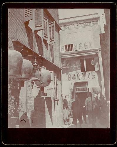 1896-1896, Eliza Ruhamah Scidmore. Macao, casa de jogo com janelas decoradas e lanternas