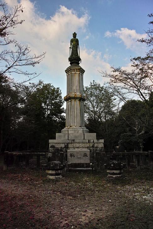 前田公園の中央にある仏像