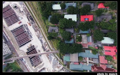 空拍捷運工地,空橋連接新舊院區。攝影:munch