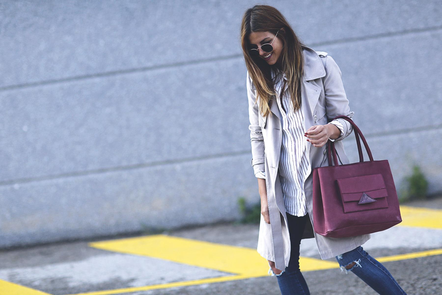 trendy-taste-look-outfit-sneakers-saucony-tita-madrid-trench-gabardina-denim-jeans-primavera-8