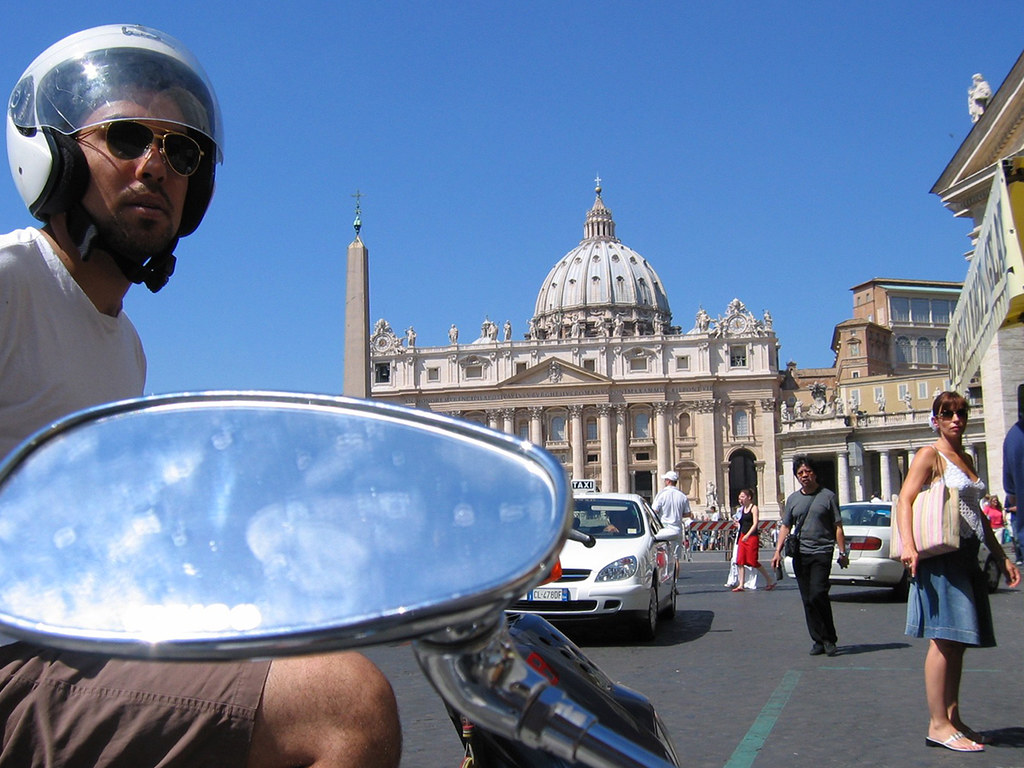 Noel Salinas (B.Arch. '06) visiting the Pope before the start of fall semester classes in August 2004.   photo / Troy Rog-Urman (B.Arch. '06)