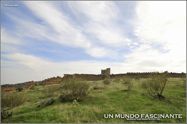 Silueta del castillo desde el interior del recinto amuralladp