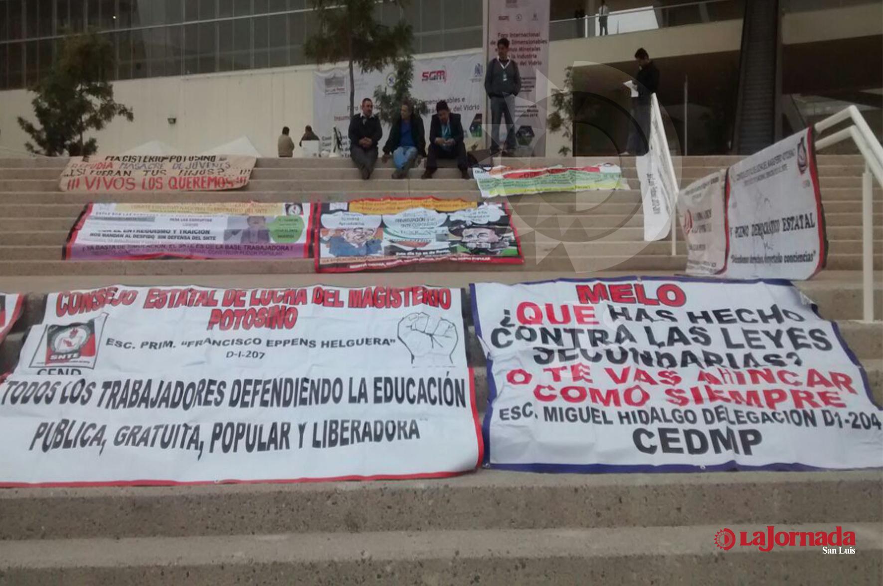 Manifestantes en evento Magisterial