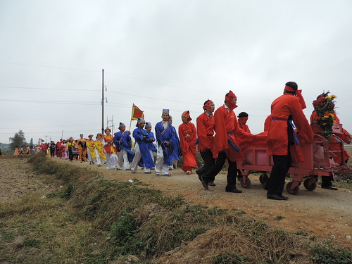 Morning procession around Nem Thuong village, 2014