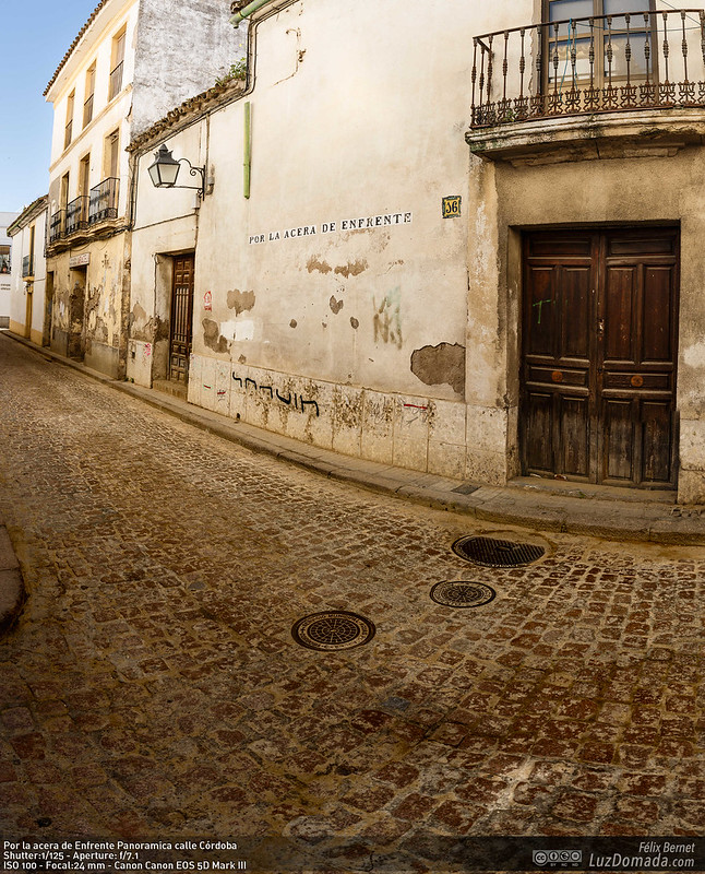 Por la acera de Enfrente Panoramica calle Córdoba
