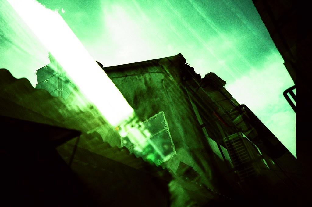 Taipei Daily etoc / Agfa CT Precisa / Lomo LC-A+ 它不是植物的綠,沒有那麼鮮豔,但也沒有墨綠色的深,該怎麼說,它就介在兩種顏色中間,眼睛可以辨識的出來,但卻找不到文字來說明。  喔!到底該怎麼形容這樣的色彩。  喔!說不出來的感受或許就像這樣的感覺。  Lomo LC-A+ Agfa CT Precisa 35mm E6 to C41 5038-0010 2016-04-24~2016-04-29 Photo by Toomore