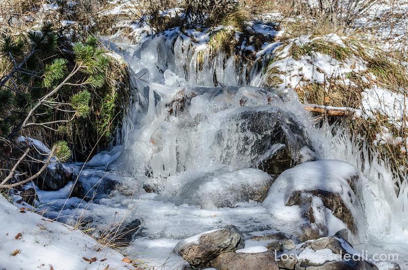 río semicongelado en el camino de respomuso