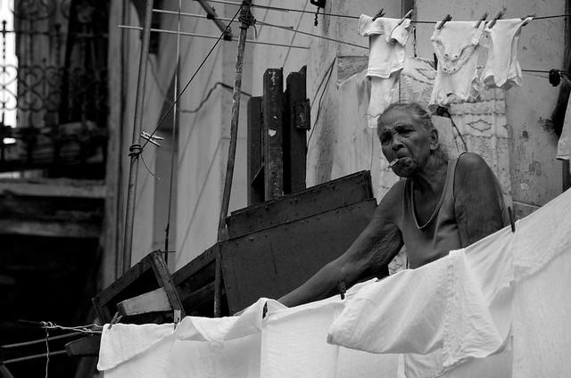 Señora cubana tendiendo la ropa en un balcón de La Habana