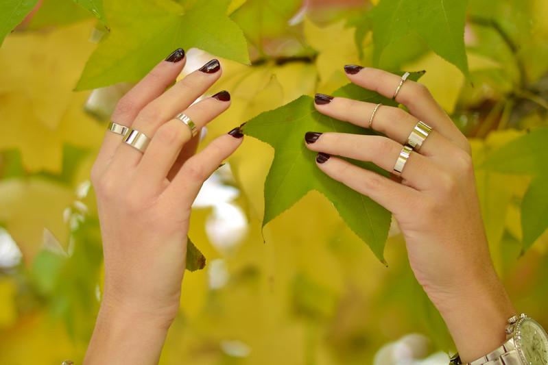 Esmalte de uñas granate anillos
