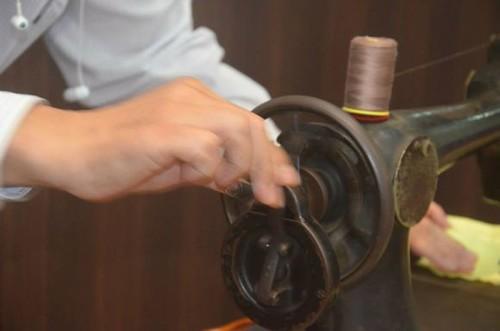 在台灣,很多家庭當年賴以生產的勝家縫紉機,因為時代的變遷,早就寂寞地擺在屋子的最角落,再也唱不出歌來。