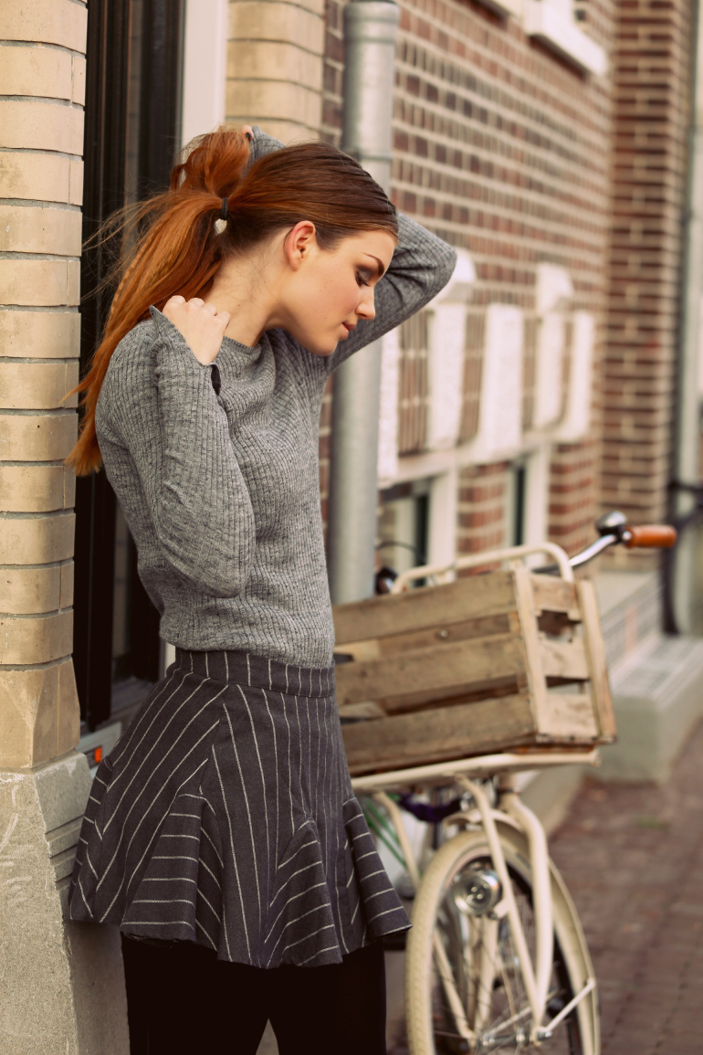miss grey, grey ribbed knit, grijze trui, grey jumper, pin stripe skirt, bullboxer shoes, bullboxer schoenen, bullboxer enkellaarzen, zwarte enkellaarzen, winterrokjes, winterrokje, pin stripe, krijtstreep, grey ribbed knit, smokey eyes, fashion is a party, fashion blogger, fashion is a party outfits, miss grey