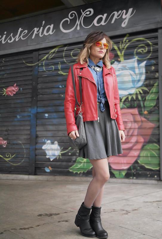 Biker roja y botines para un look roquero.