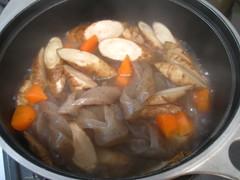 根菜が柔らかくなるまで煮込みます