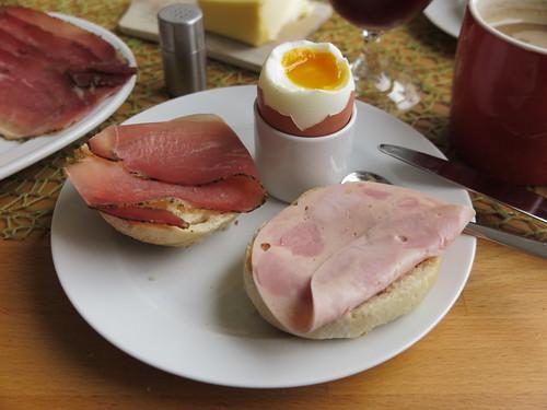 Schinkenspeck und Bierschinken (der Bio-Marke Janssen) zum Frühstücksei