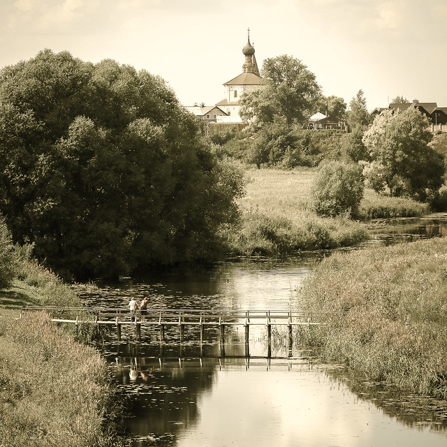 Nostalgic wooden small bridge and church, Suzdal, Russia スズダリ、小さな木の橋と教会
