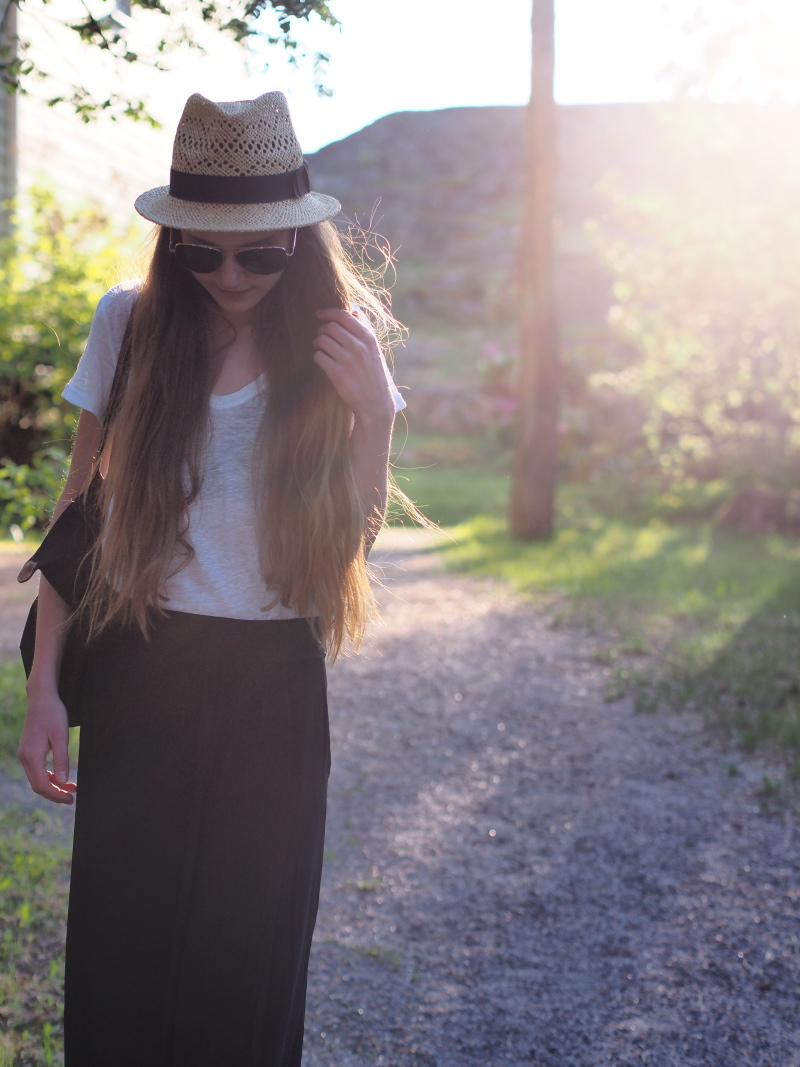 Outfit with white t-shirt, black maxi skirt, panama hat and Longchamp Le Pliage