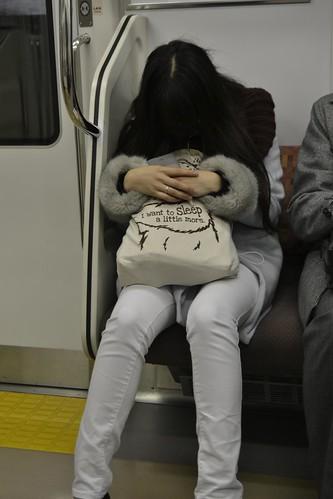 Japonesa dormindo no trem de Tóquio