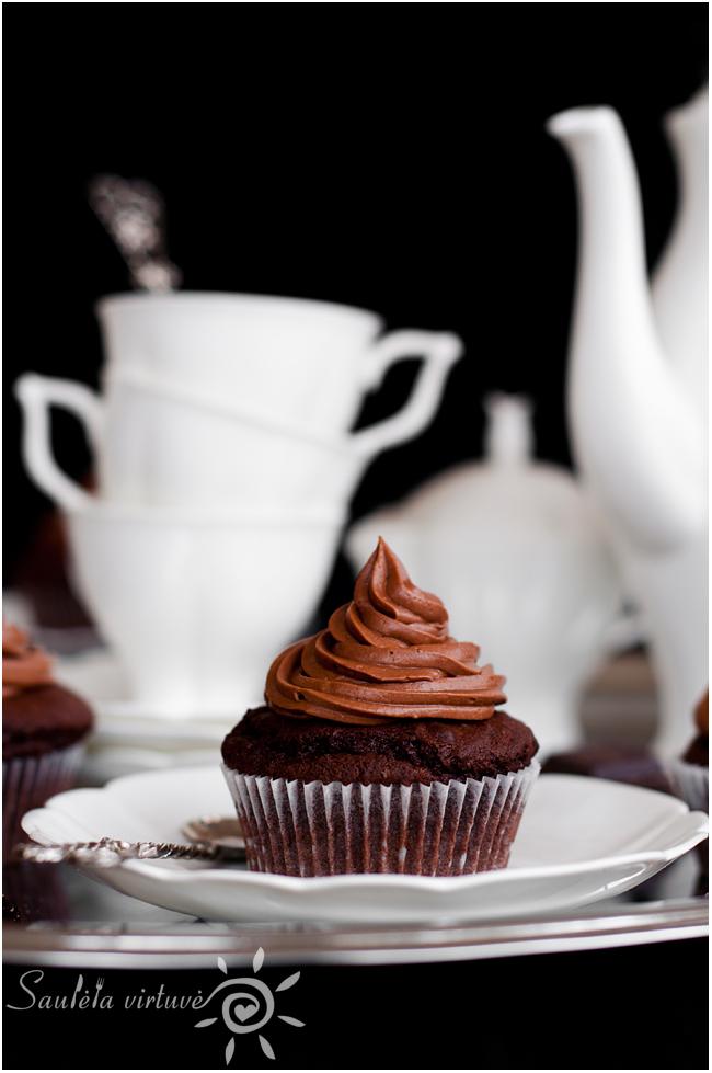 Juodojo šokolado keksiukai su šokoladiniu įdaru ir šokoladinėmis kepurėlėmis (3)