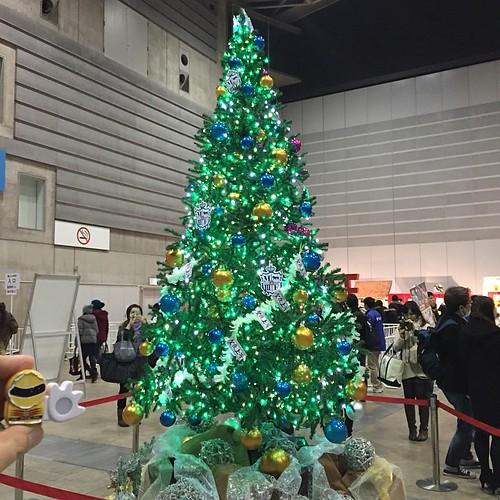 グッズ売り場入口にはクリスマスツリーが。