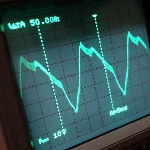 Oscilloscope_New Network Switch On_Subwoofer On_F50_Pin5_1 オシロスコープの画面を撮影した写真。ノイズ波形が表示されている。