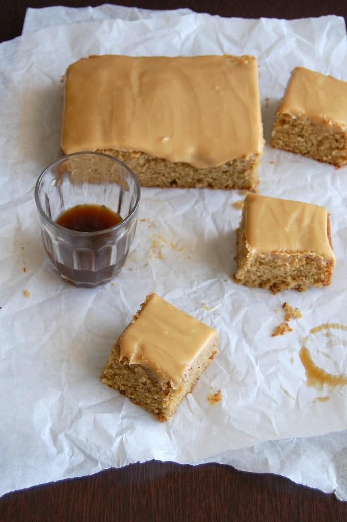 Sticky toffee squares / Quadradinhos de caramelo