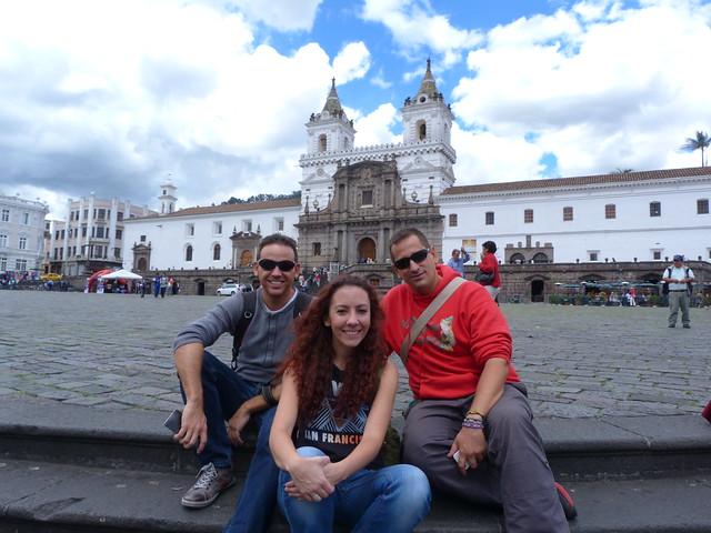 Isaac, Gema y Sele en la Plaza de San Francisco (Quito)