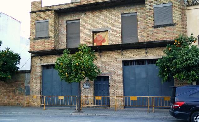 Calle Tinajas: valla y desagüe