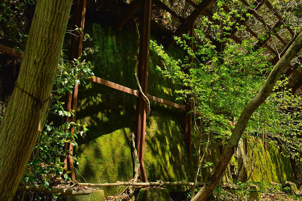 古いレールでできている落石防止柵