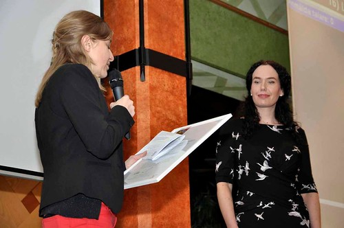 Therese Bohman tar emot Moa Martinsonstipendiet av Norrköpings nya borgmästare Louise Malmström.